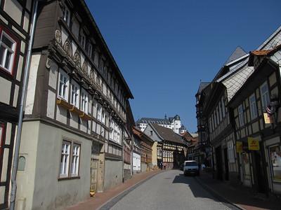 Stolberg (Harz), met hoop op de berg nog net zichtbaar het Stolberger Schloss Daar woonde Juliana van Stolberg.... die bekende waar zoveel straten in NL naar genoemd zijn Dat is dus de moeder van Willem van Oranje. Ja die figuur die in 1584 vermoord werd in Delft