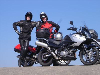 Twee echte Motorisationers, trots bij hun rossen