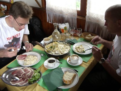 Lunch est la... we wisten niet dat we iets besteld hadden, maar we kregen op een gegeven moment een tafel vol lokale lekkernijen. Eten wat de pot schaft, zoiets zal de waard wel gezegd hebben...