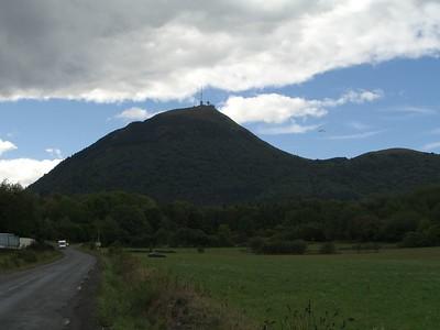 Puy de Dome, de grootste puist uit de omgeving met een weg die als een spiraal om de berg heen omhoog loopt.