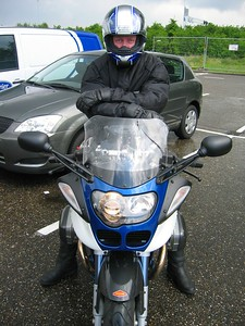 De Motorisationers van vandaag in random order, beginnende met Theo op z'n wit blauwe R1100S race replica
