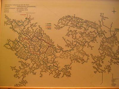 De plattegrond laat de wirwar aan kilometerslange tunnels zien die hier in de loop van eeuwen gegraven is.