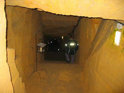 Eerst een wenteltrap, vervolgens deze rechte trap naar beneden om uiteindelijk 40 meter diep uit te komen.