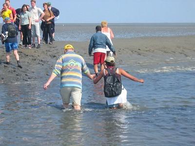 Dapper begeleidt schipper Martijn zijn schippersvrouw Sandy naar de overkant...