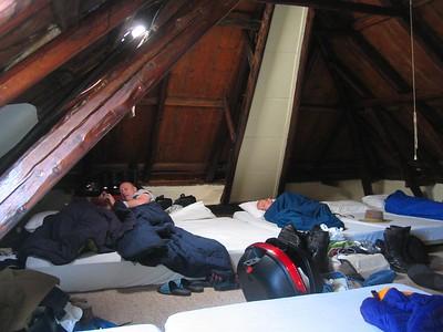 Een grote slaapzolder... net als vroeger, op kamp...