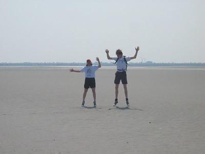 Twee verdwaalde vakantiegangers die op het wad aan het dwalen waren...