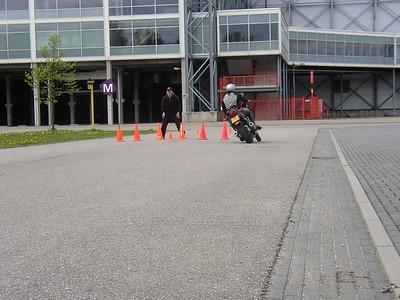 Arnold ontwijkt het obstakel met souplesse om daarna weer door het poortje daarachter te rijden.