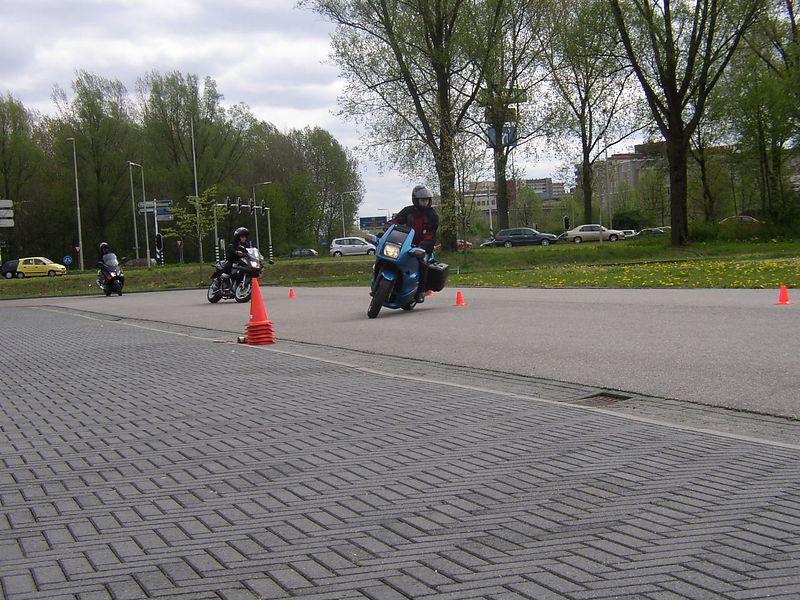 Yury op z'n RS, Patrice op haar S en Emile op z'n T-max (z'n wat?) beginnen de dag met een standaard slinger-je-motor-tussen-de-pionnetjes-heen-en-weer oefening.