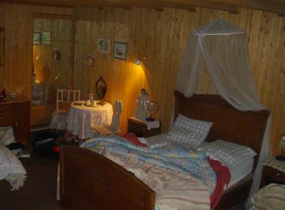 Na een wilde nacht ziet de slaapkamer er gelukkig nog rustiek en lieflijk uit.