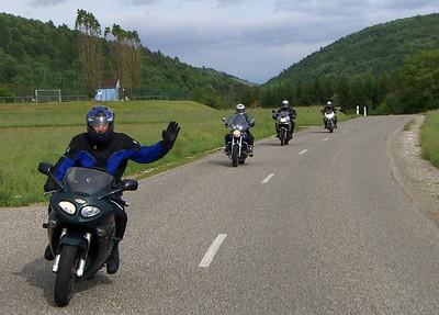 Iedereen zit al weer lekker ontspannen op zijn motor... of die van iemand anders...