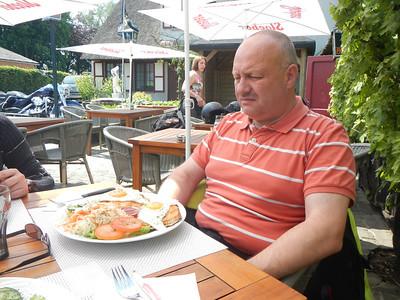 Tweede stopplaats, Taverne 't Rieten Dakje in Kemzeke-Stekene. Erik eet een Croque Madam.
