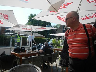 Tweede stopplaats, Taverne 't Rieten Dakje in Kemzeke-Stekene. Erik neemt plaats, Philip en Joannes komen er aan.