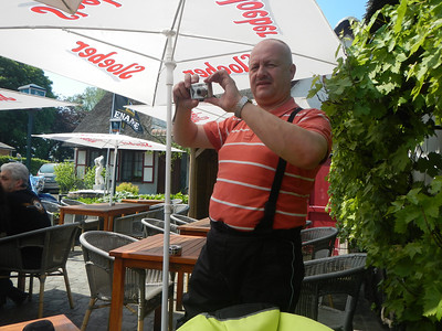 Tweede stopplaats, Taverne 't Rieten Dakje in Kemzeke-Stekene. Erik speelt paparazzi.