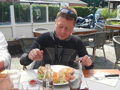Tweede stopplaats, Taverne 't Rieten Dakje in Kemzeke-Stekene. Wouter eet een Croque Monsieur.