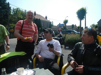 Eerste stopplaats, Café Benelux in Moerbeke. Erik verzamelt alle afstempel blaadjes, Philip en Wouter.