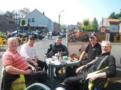 Eerste stopplaats, Café Benelux in Moerbeke. Onze groep: Erik, Philip, Wouter, Patrick en Joannes.