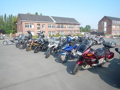 Het paradeplein is motorparking.
