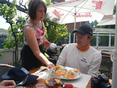 Tweede stopplaats, Taverne 't Rieten Dakje in Kemzeke-Stekene. Philip eet een Croque Madam.