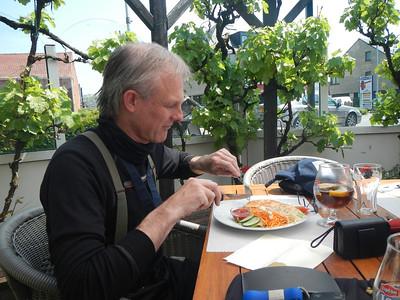 Tweede stopplaats, Taverne 't Rieten Dakje in Kemzeke-Stekene. Joannes eet een Croque Hawaii.
