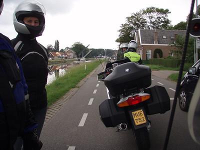 In Wilhelminadorp moeten we even wachten voor de ophaalbrug (Foto Patrick).