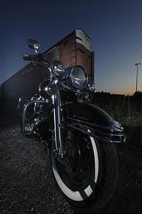 _D3X6618_Web Road-King Classic 2009 (FLHRCI)   Stretch !  Nikon D3X (Jean Bernier) 14-24mm F2.8, 14 mm ISO 100 1/125 F/7,1  Two SB-800 in a Medium S-Box (M-Mode 1/2 Power -1/3 EV) ,  1 SB-800 with a snoot (Kicker)