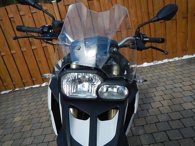 BMW F800GS model 2013. Vooraanzicht, Witte led pinkers, windscherm.
