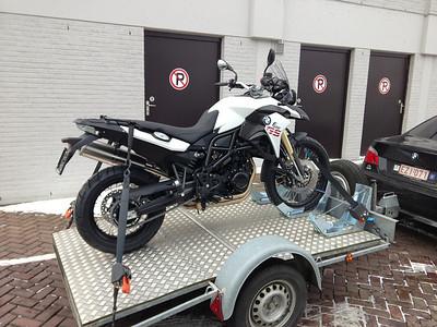 BMW F800GS model 2013. Bij Antwerp Moto Store. Ik had op woensdag 13/03/2013 een afspraak om 10.00u om de motor af te halen, maar helaas door het slechte weer van de dag voordien was er geen postbedeling en mijn nummerplaat was nog niet toegekomen. Dan de motor maar gaan ophalen met de aanhangwagen, en wat bleek, net toen ik wou vertrekken was de postbode er met mijn nummerplaat, joepie.