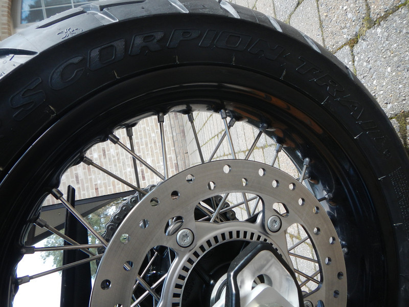 BMW F800GS model 2013. Achterband Pirelli Scorpion Trail 150/70 R 17 M/C 69V.