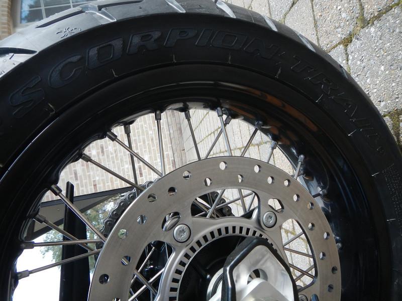 BMW F800GS model 2013. Achterband Pirelli Scorpion Trail 150/70 R 17 M/C 69V.