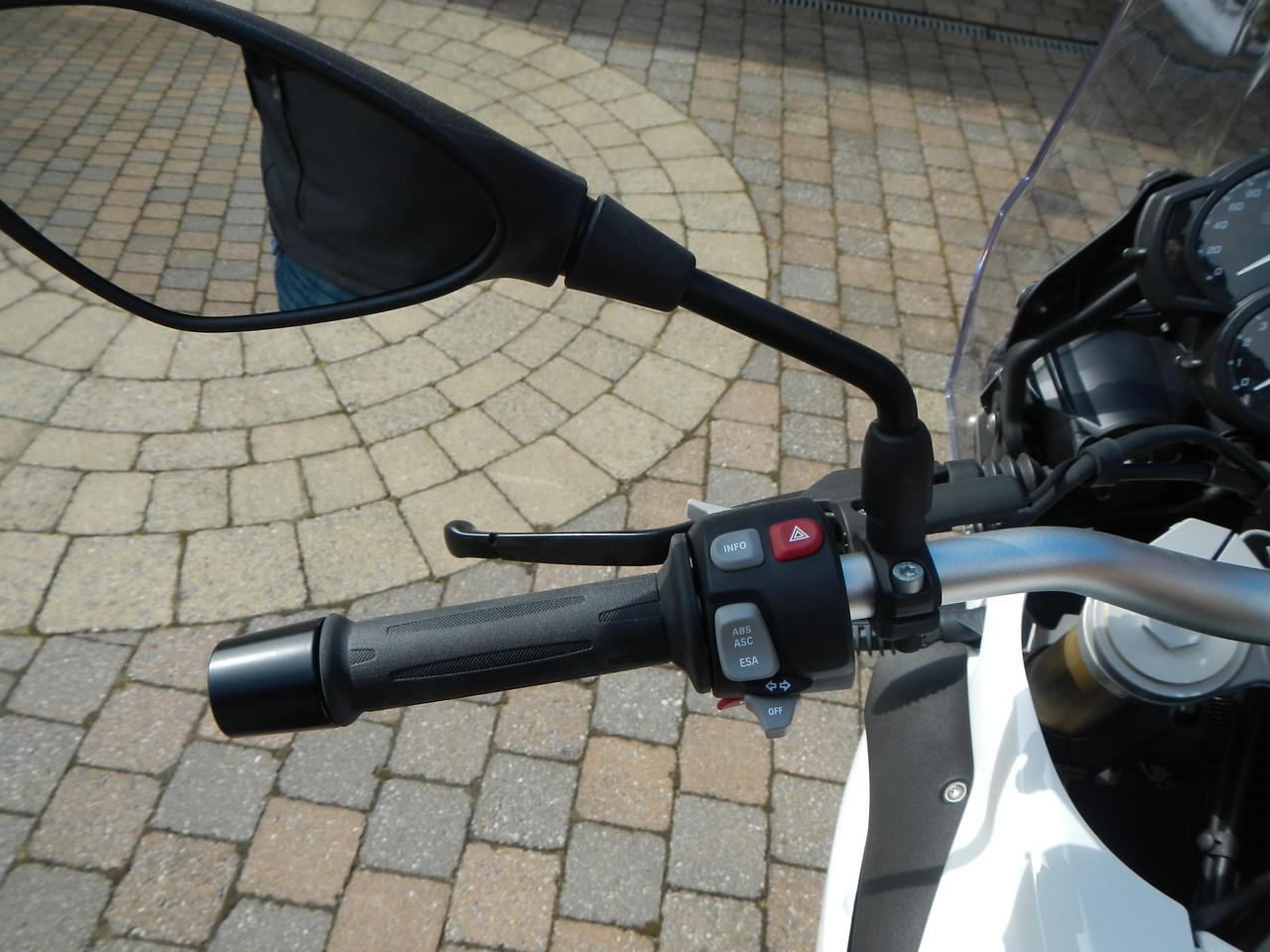 BMW F800GS model 2013. Linker stuurhelft, Claxon, Richting aanwijzers, ESA ABS ASC knop, Boordcomputer knop, 4 pinkers knop en grote lichten knop.