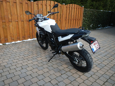 BMW F800GS model 2013. Links achter aanzicht.