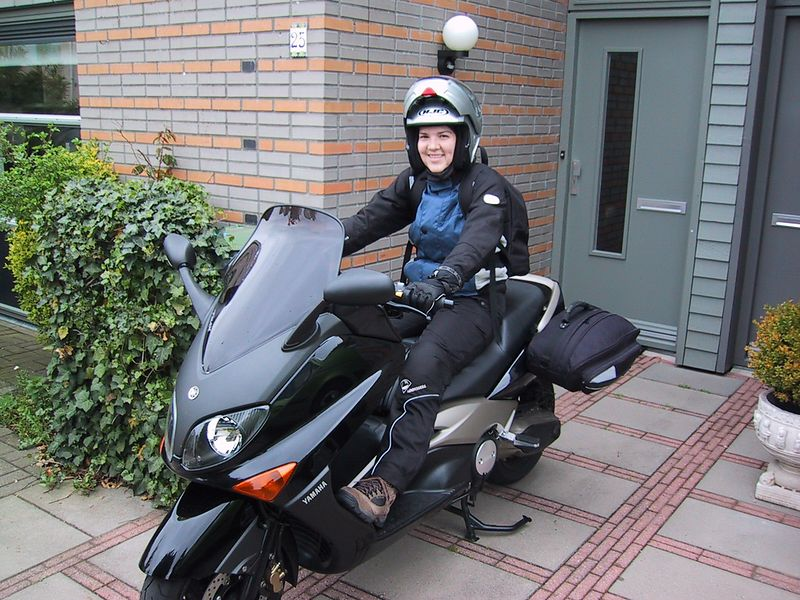 Thursday april 29, Angelique tests out brand new E-max, only 1000 km on the clock after buying it the week before.