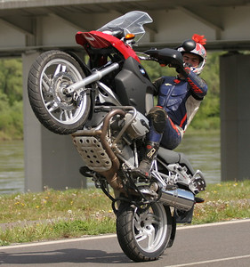 R1200Gs wheelie - Ever wonder what the underside of the R1200GS looks like? From the Polish motorcycle website: www.scigacz.pl website