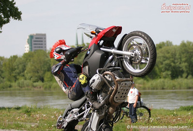 R1200GS wheelie - truly getting that front wheel airborn! From the Polish motorcycle website: www.scigacz.pl