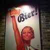 Fraulein, eine andere bier bitte.