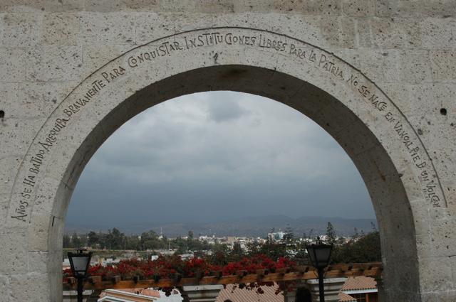 Mensajes diversos como este trascndental  en esta especie de arco, en un lugar turistico de Arequipa, se muestra el legado para las futuras generaciones y el deseo de siempre ser mejores ante las adversidades.