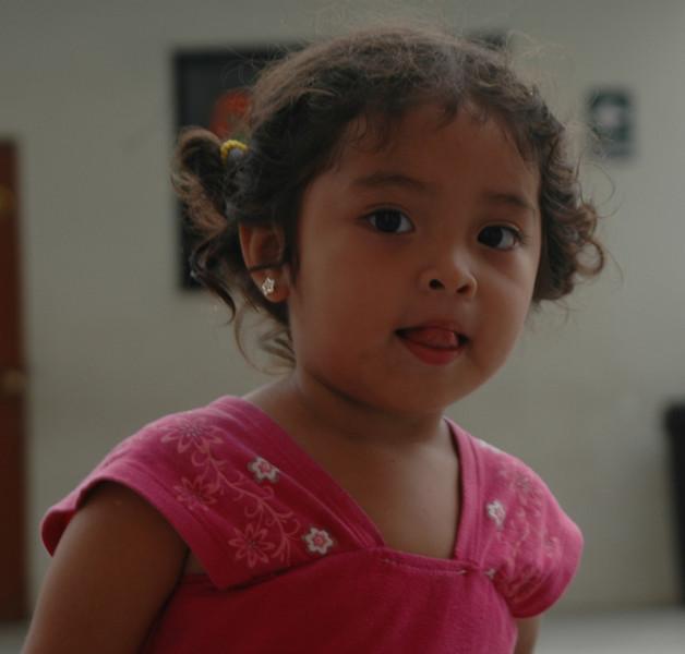 Nina de solo 01 ano, pero que gracias a su madre, va a dar sus pasos gigantescos de baile moreno Festejo.
