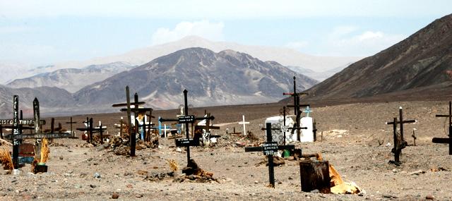 Cementerio de Chauchilla, una parte de ella, donde precariamente se da sepultura a sus seres queridos.
