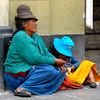 Mujer que pide limosnas en una de las calles de la Ciudad de Arequipa con su nieta en mano, pidiendo la compasion de las personas que transitan por ese lugar.  Lleva, exponiendo a cuanto peligro exista, a su nieta menor de edad.