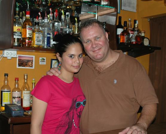 Pascal y Martha, ayudante en el bar.