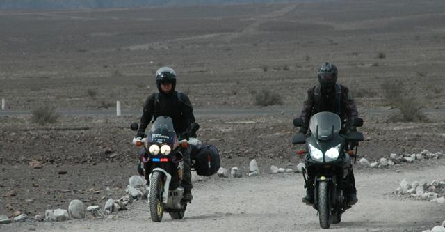 Otros motociclistas tambien llegan a las montanas de las Lineas de Nazca.