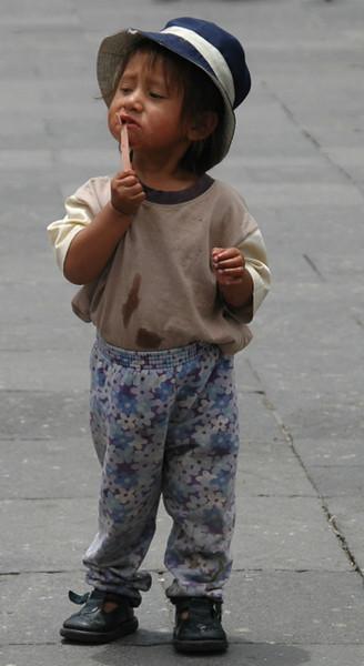 Un nino arequipeno juega por la Plaza de Armas de la Ciudad de Arequipa, mientras su madre vende por esos lugares. 24-01-10