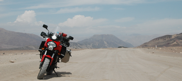 La Kawasaki Versys en un camino a Ica, Sur del Peru.