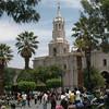 La Plaza de Armas de Arequipa, concurrida por numerosas personas como hoy domingo, donde tambien nos compenetramos y al fondo de observa la Majestuosa Catedral de Arequipa.