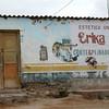 Algunas casas de Chala-Arequipa estan edificadas de adobe y quincha, con techos de calamina que son precarias pero por su bajo costo permiten que personas como la de esta gozen de un lugar para vivir  y hacer un negocio.