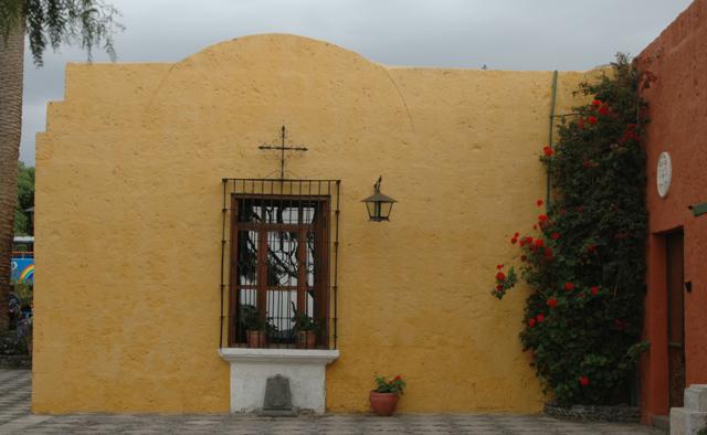 Fachada de una casa de un fundador de un lugar turistico de Arequipa, muestra el legado de anos pero conserva su frescura.