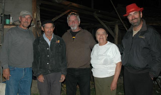 Ron, Don Gil, Gary, Teresita y CJ posando para la foto.