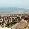 Las casas por la playa de Chala, algunas edificadas de material durable pero otras recien en inicio.  A pesar de todo ello, tiene una particularidad, todas gozan de la calidez y frescura de la playa Chalera. 22-01-10