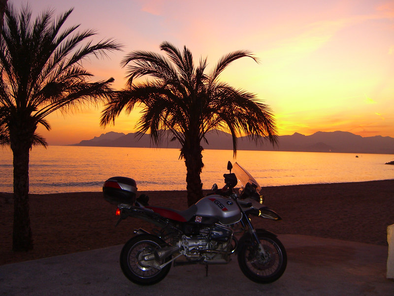 On the seafront in Mandelieu, on the hunt for the elusive comet