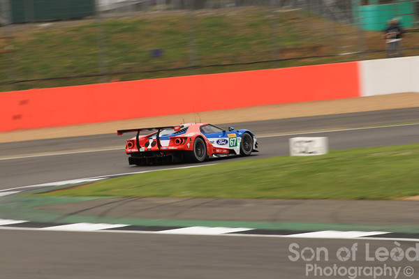 Ford GT GTEpro heading thru Club